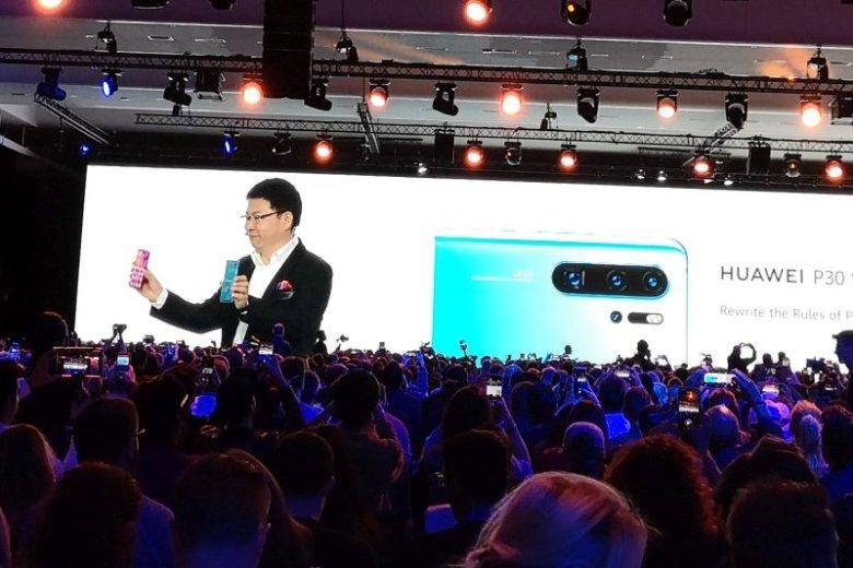 Yu prezentujący nowe smartfony był niesamowicie pewny siebie i zrelaksowany. Miał powód - Huawei P30 i P30 Pro odsadzają konkurencję jeśli chodzi o jakość zdjęć.