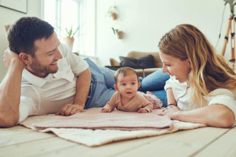 firma P&G oferuje swoim pracownikom dodatkowe 6 tygodni płatnego urlopu ojcowskiego. Wraz z ustawowymi 2 tygodniami panowie mogą spędzić z rodziną aż 8 tygodni