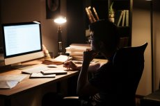 Autor fałszywych recenzji popełnił banalny błąd: wszystkie fałszywe konta obsługiwał z jednego komputera.