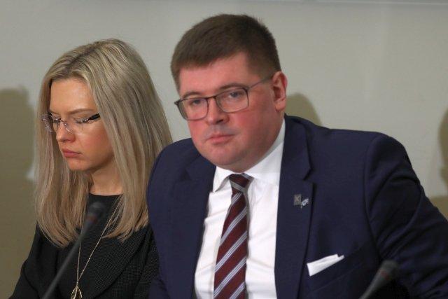 Wiceszef komisji ds. Amber Gold, Tomasz Rzymkowski (z prawej) błysnął ignorancją, staje się gwiazdą internetu