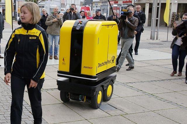 Do testów niemieckiej poczty trafiły PostBoty. To roboty podążające w ślad za listonoszem, mogą wieźć przesyłki o wadze do 150 kilogramów