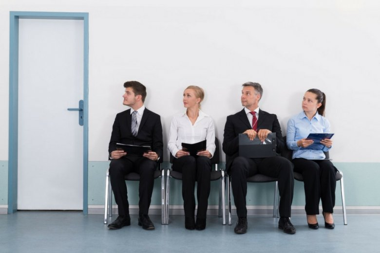 Choć firmy coraz chętniej i śmielej eksperymentują z technologicznymi nowinkami w rekrutacji, to stare metody wcale nie odchodzą do lamusa