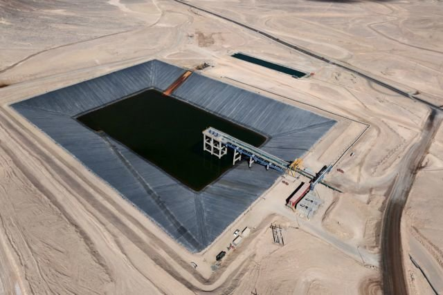 Ogrom Sierra Gorda najlepiej widać z powietrza. To tylko jeden z jej elementów, zbiornik wody wykorzystywanej w kopalni.