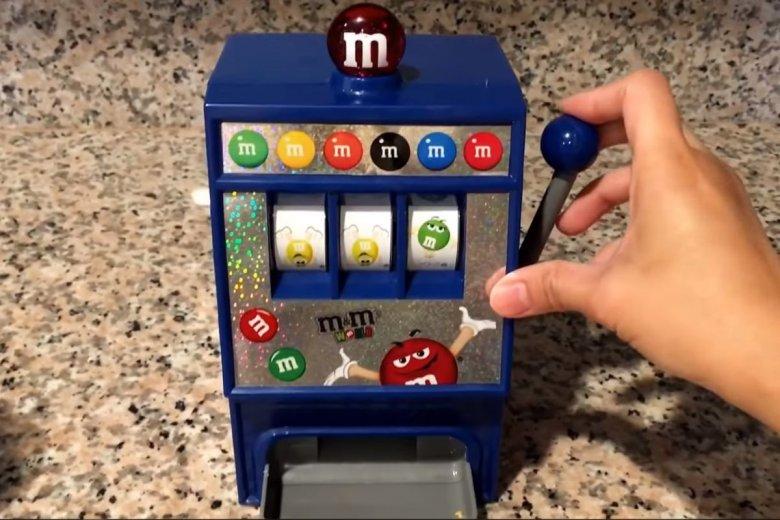 Maszynka do cukierków M&Ms nie spodobała się brytyjskim posłom. Zbyt wyraźnie nawiązuje do hazardu, wycofano ją ze sprzedaży