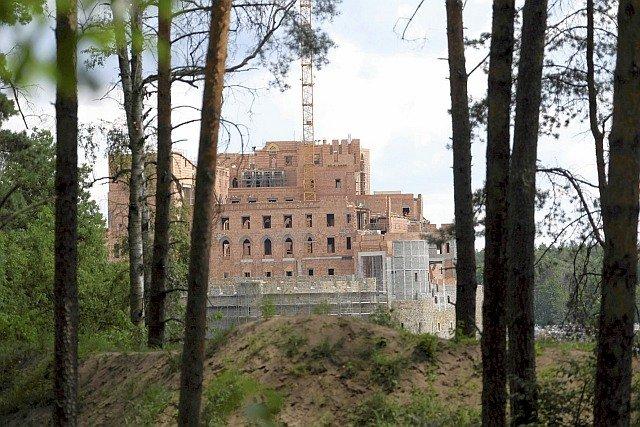 Wielki, 14-piętrowy pałac w Stobnicy, to inwestycja rodziny Nowaków, założycieli odzieżowej marki Solar
