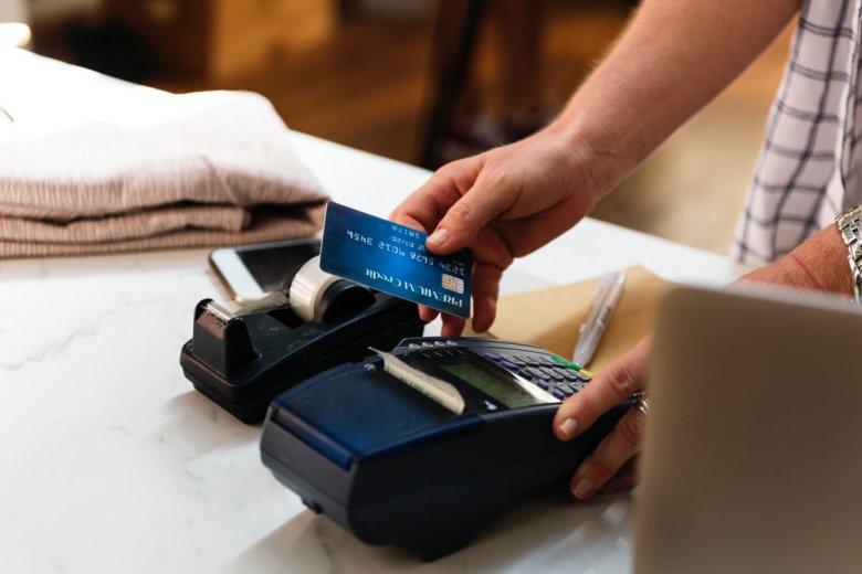 Tygodniowo pochłaniamy tyle plastiku, ile potrzeba do wyprodukowania karty kredytowej.