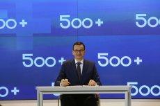 Zablokowanie rozpatrywania wniosków o 500 plus. Premier Mateusz Morawiecki na konferencji promującej 500+. Rozszerzenie programu na pierwsze dziecko było dla pracowników pomocy społecznej kroplą, która przelała czarę goryczy.