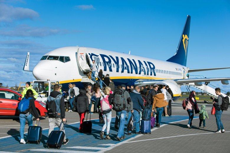 """Stewardessa w Ryanair może liczyć na zarobki około 4 tys. złotych miesięcznie """"na rękę""""."""