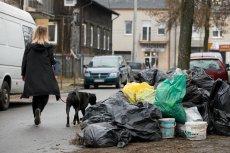 Maksymalna stawka za wywóz śmieci na głowę mieszkańca może wynosić 33,86 zł miesięcznie. Tymczasem firmy zajmujące się wywozem śmieci składają droższe cenowo oferty. Samorządy mogą złamać prawo lub pozwolić nam utonąć w odpadach