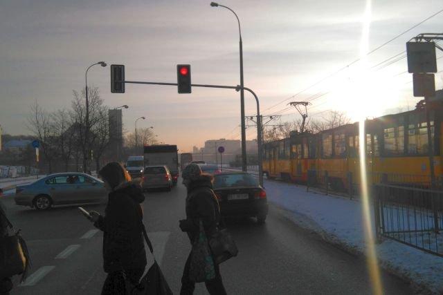 Warszawscy kierowcy niezbyt wzięli sobie do serca alarm smogowy i udostępnienie bezpłatnej komunikacji miejskiej.