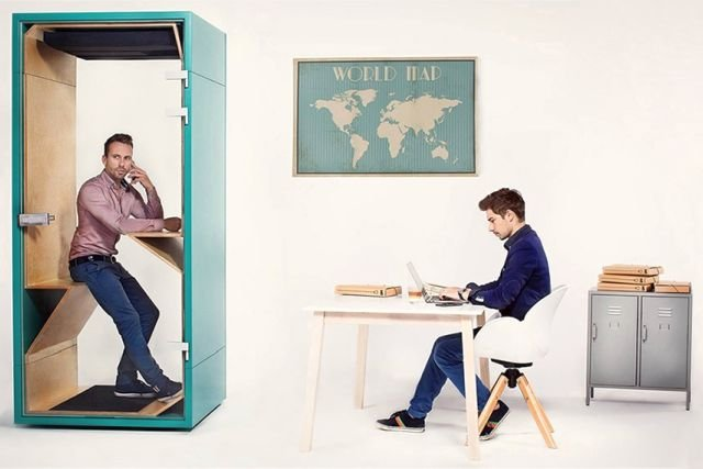 Budka telefoniczna w biurze umożliwia spokojne prowadzenie ważnych rozmów.