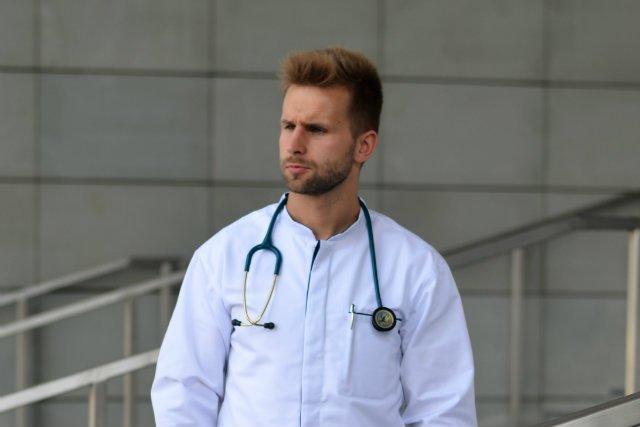 Lekarze często pracują po kilkadziesiąt godzin w dużym stresie, więc to ważne, by mieli komfortowe, a jednocześnie funkcjonalne ubrania.