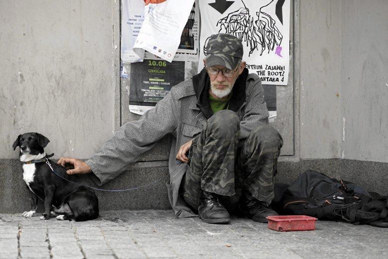 Bezdomnemu można pomóc w inny sposób niż drobnymi z portfela.
