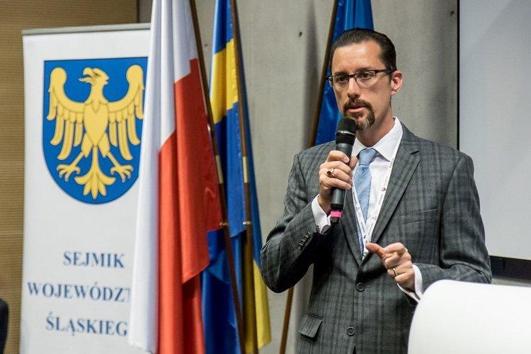Kristopher Sanchez, Dyrektor ds. Współpracy Międzynarodowej w Biurze Gubernatora Nevady podczas wystąpienia na sesji Sejmiku Województwa Śląskiego