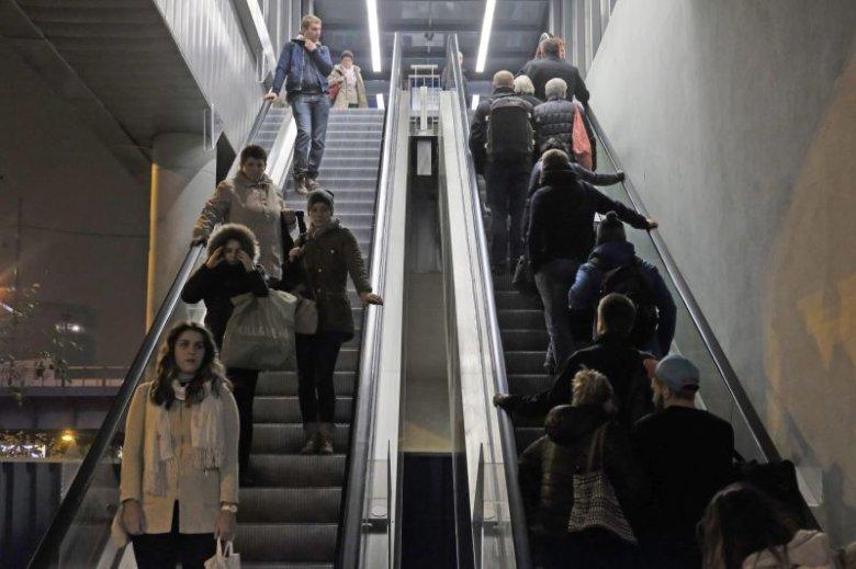 Chodzenie po schodach ruchomych spowalnia ruch wszystkich dookoła