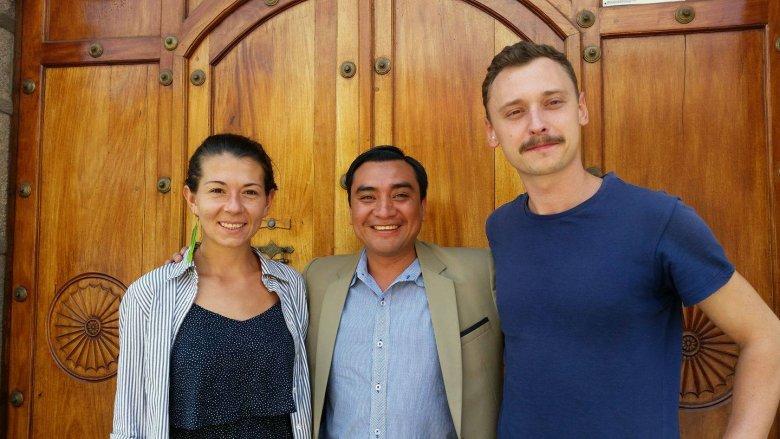 Ania Hnidiuk i Adam Radziszewski wraz z jednym ze swoich rzemieślników, Jose z Gwatemali.