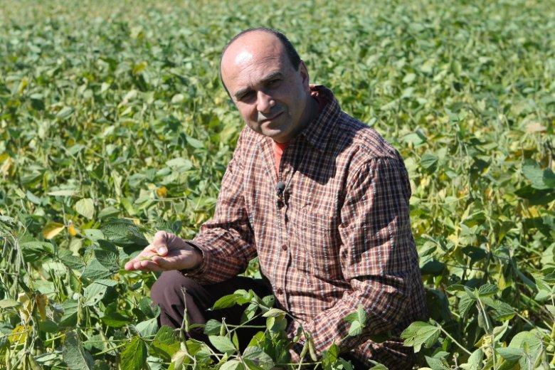 Philip Lymbery na plantacji soi - głównego składnika pasz zwierzęcych.