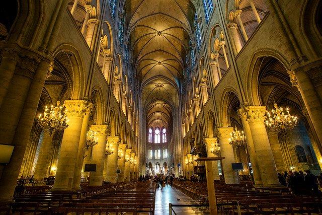 Katedra Notre Dame wciąż stoi - przypomina rodakom francuski student historii.