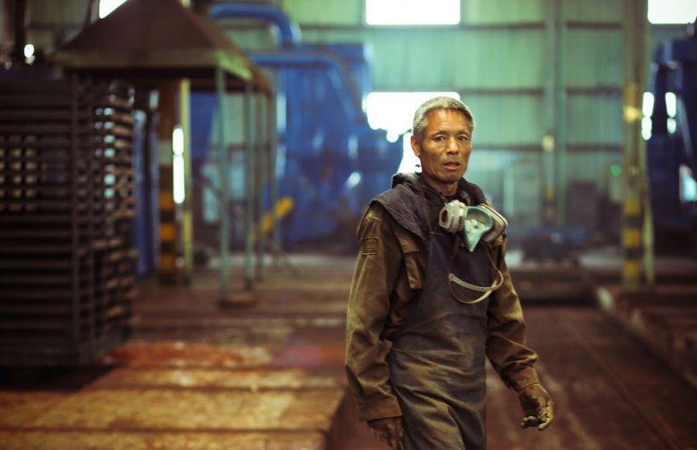 Pracownik chińskiego przemysłu metalurgicznego, prowincja Jiangsu, lipiec 2015. Fot. ILO/UN