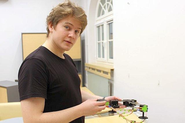 – Zegary atomowe to niezwykle precyzyjne wzorce czasu i częstotliwości. Używane są tam, gdzie duża dokładność pomiaru ma znaczenie – tłumaczy Jakub Niemczuk.