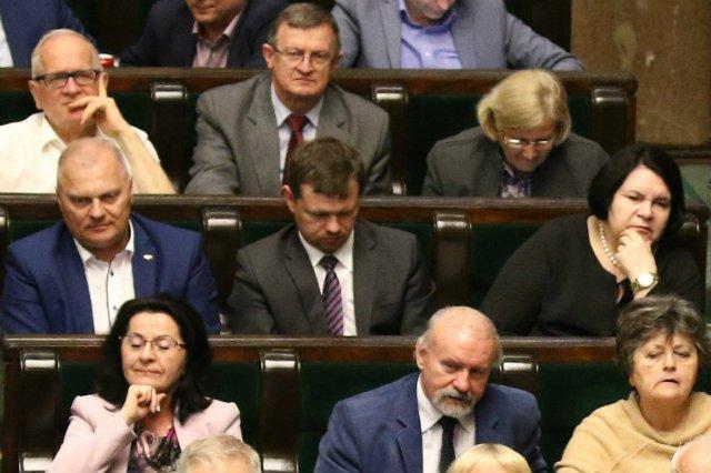 Sejm uchwalił ustawę o obniżeniu uposażenia posłów i senatorów o ok. 20 proc
