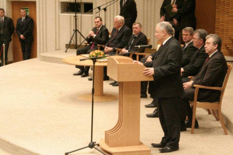 Podpisanie umowy zakupu rafinerii Możejki w Wilnie, 2006 r.