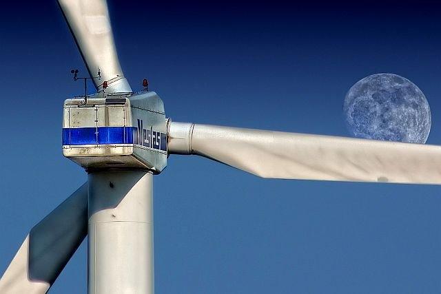 Parlament uchwalił ustawę, która zabije w Polsce elektrownie wiatrowe i narazi nas na miliardowe pozwy