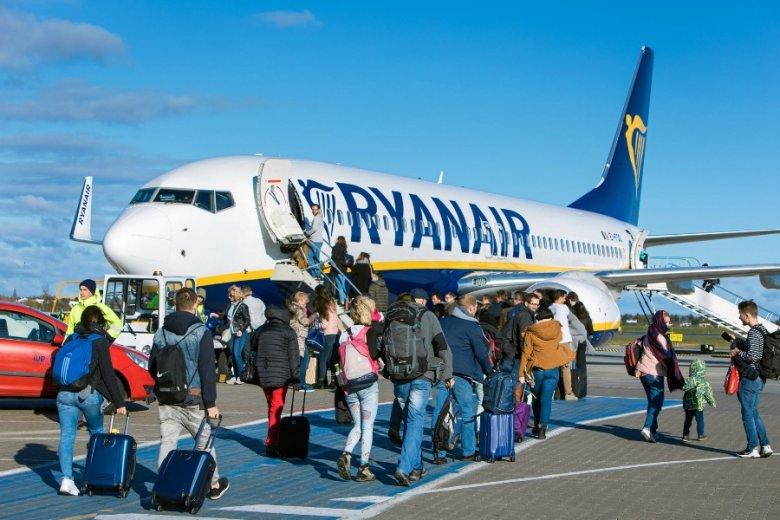 Linie lotnicze Ryanair ujawniły zarobki swoich pracowników, odpowiadając pośrednio na zarzuty, że w firmie słabo się zarabia.