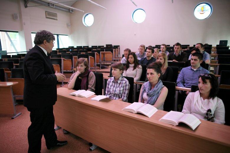 """Akademia Leona Koźmińskiego znalazła się po raz kolejny w prestiżowym rankingu dziennika """"Financial Times""""."""