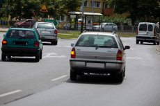Raz na zawsze rozstrzygnięto spór toczącym się miedzy kierowcami. Nie trzeba włączać kierunkowskazu, kiedy wjeżdża się na rondo.
