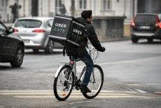 W stolicy kurierami Uber Eats są głównie Hindusi. Pracują po 12 godzin dziennie, a za odebranie zamówienia z restauracji dostają 5 zł, za każdy kilometr trochę ponad 1 zł, i za wręczenie klientowi około 1,5 zł.