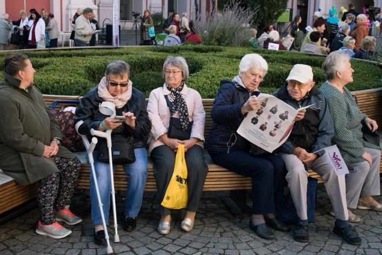 KE zaleca Polsce zwiększenie wieku emerytalnego i aktywizację zawodową osób starszych. Ma to podnieść ich jakość życia.