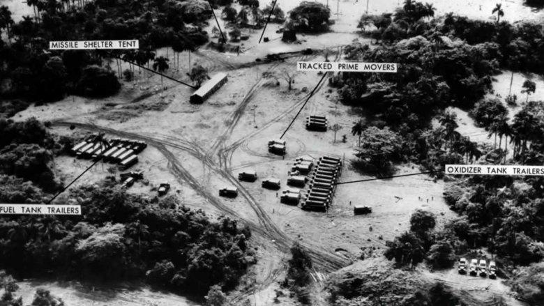 Zdjęcie lotnicze bazy wojskowej, z naniesonymi, rozpoznanymi obiektami militarnymi.