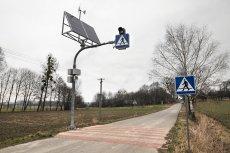 Nienaganne przejście dla pieszych stojące w szczerym polu w miejscowości Słupeczno (gmina Wysokie).