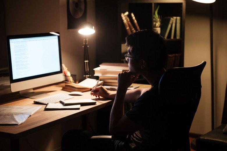 Zostajesz po godzinach, a pracodawca ci nie płaci? Możesz dochodzić swoich praw w sądzie pracy.