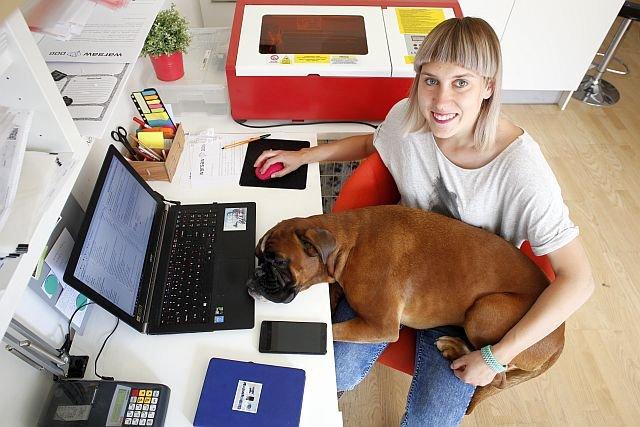 Zosia Kwiatkowska z WarsawDog.com - projektuje i szyje kolorowe obroże i smycze dla psów. Zyskują olbrzymią popularność w Polsce i poza granicami