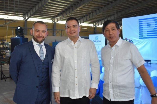 Jerzy Pietrucha i jego wspólnicy z Filipin. Ta fabryka to pierwszy transfer polskiej technologii do Azji.