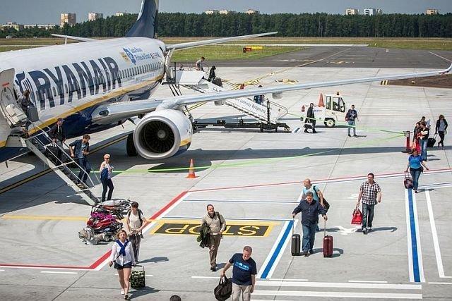 Ryanair celowo rozdziela pasażerów, by skłonić ich do płacenia za wybór miejsc - podejrzewają władze