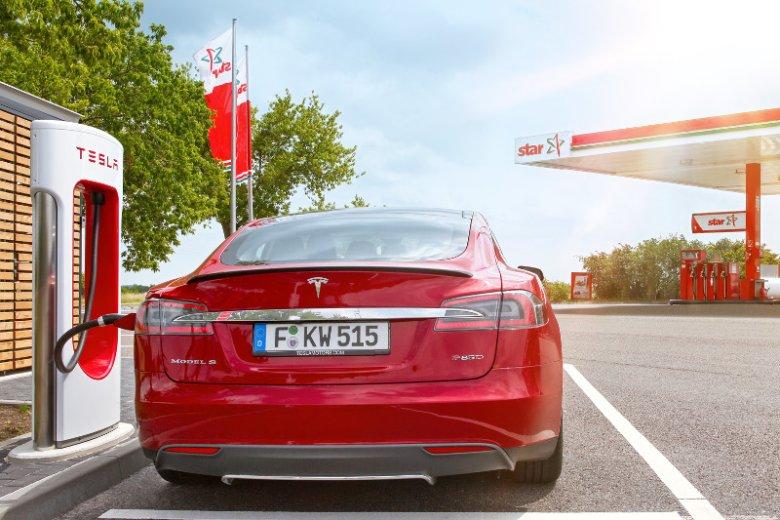 Orlen współpracuje z Teslą. Baterie zasilające samochody elektryczne będzie można załadować na stacjach polskiego koncernu.