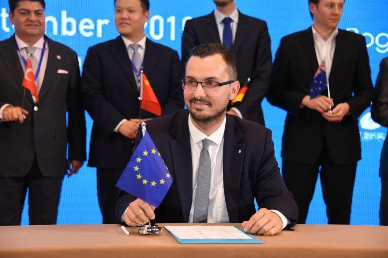 Moment podpisania deklaracji pekińskiej młodych przedsiębiorców