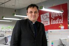 Ks. Grzegorz Babiarz i inni członkowie zarządu stowarzyszenia Wiosna mają zarabiać do 15 tysięcy złotych netto miesięcznie.