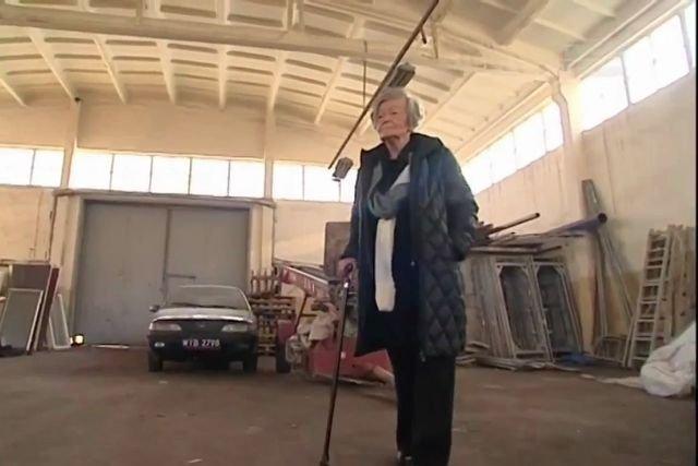 Barbara Korczyńska w niszczejącej hali, kórej nie może sprzedać