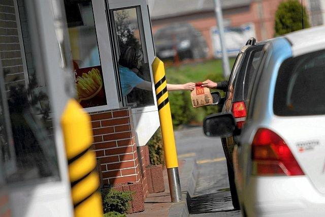Wiele osób zastanawia się, czy otwieranie barów McDonald's w święta jest zgodne z przepisami. Owszem - na dodatek dla wielu podróżnych to jedyna szansa na zjedzenie czegoś ciepłego po drodze