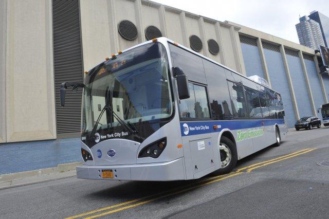 BYD Electric Bus w trakcie jazdy testowej w Nowym Jorku.