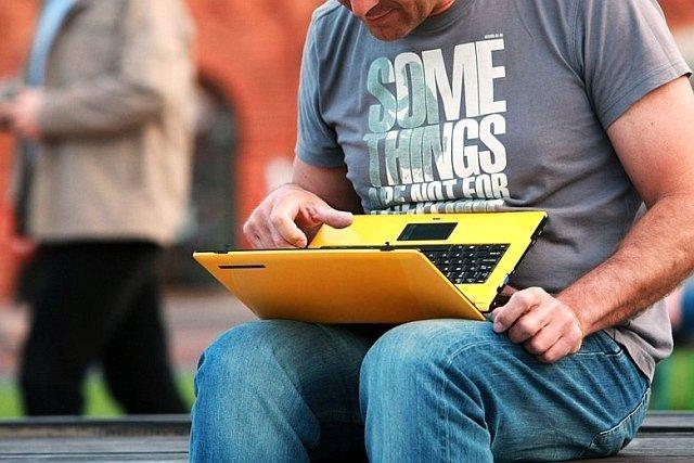 Internetowe oszustwa nie wymagają bezpośredniego kontaktu z okradaną osobą.