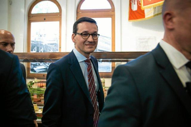 Mateusz Morawiecki podpisał rozporządzenie, dzięki któremu każde uczące się dziecko dostanie 300 zł na wyprawkę szkolną