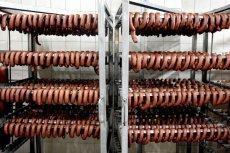 """W partii kiełbasy wieprzowej """"Kiełbasa surowa Metka Bawarska"""" i produkcie mięsnym """"Polska w Folii"""" wykryto bakterie. Inspektorat podkreśla, ze nie należy spożywać wskazanych produktów."""