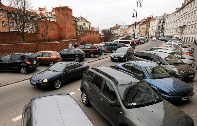 W okolicach warszawskiej starówki ciężko znaleźć miejsce do parkowania niezależnie od dnia tygodnia.