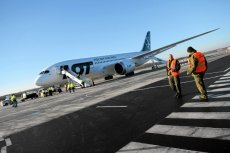 Załoga LOT zorganizowała zbiórkę pieniędzy na naprawę samolotu wśród pasażerów rejsu z Pekinu do Warszawy.