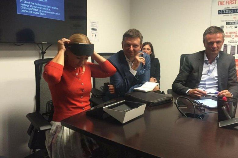 Elżbieta Bieńkowska, komisarz UE ds. rynku wewnętrznego i usług, podczas testowania maski NeuroOn.
